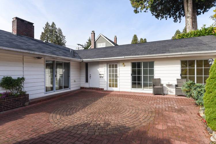 3 Bedrooms House for Rent in 824 11th St, West Vancouver, BC - 1