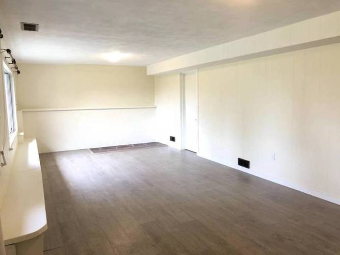 4 Bedrooms House for Rent in  Montroyal Blvd and Marineview Cr, North Vancouver, BC - 8